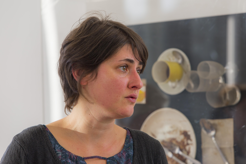 Cindy Daguenet, commissaire de l'exposition D Spoerri à la mairie de Chinon